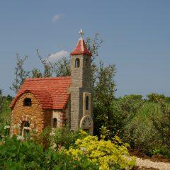 手描きのステンドグラスを嵌め込んだ小さな教会