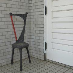 三本足の椅子型の花台